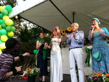 mit Claudia I., Tine Hauser-Jabs und der scheidenden Weinkönig_in des Jahres 2012, Jana I.