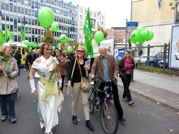 Auf der UmFAIRteilen Demonstration am 29.09.2012 mit Lisa Paus (MdB) und der grünen Weinkönig_in von Kreuzberg