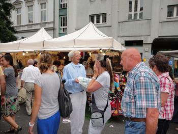 """Hans-Christian Ströbele verteilt den """"Stachel"""" auf dem Bergmannstraßenfest"""