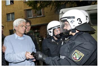 Christian beim Vorzeigen seines Ausweises, um mit der Polizei über die Freilassung der Samba-Trommel-Gruppe zu verhandeln (Copyright: Bersarin 2009)