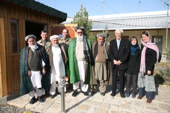 Christian mit Christine Buchholz bei einem Treffen mit Dorfältesten aus dem Raum Kunduz