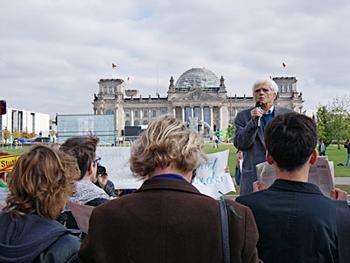 """Christian Ströbele beim """"Schwabenstreich"""" am 1.10.2010 vor dem Kanzleramt."""