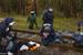 Ein französischer Polizist greift gewalttätig einen Demonstranten an