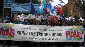 """Hans-Christian Ströbele auf der Demonstration vor der Afghanistan-Konferenz am 3. Dezember in Bonn: """"Sie reden von Frieden - sie führen Krieg - Truppen raus aus Afghanistan"""""""