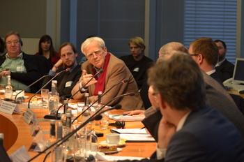 Hans-Christian Ströbele auf dem Podium zur internationalen Drogenpolitik