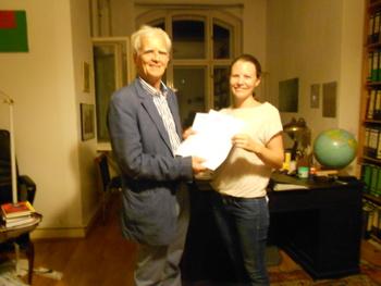 Ströbele nimmt Brief  an die Bundesregierung mit Forderungen der Courage Foundation zum Schutz von Snowden entgegen