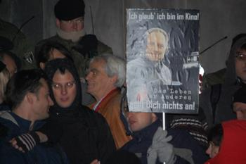 Ströbele auf der bundesweiten Demonstration am 07.Nobember vor dem Reichstag