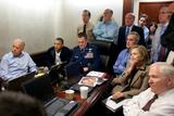 Obama, Biden, Clinton et al. warten auf Neuigkeiten von Bin Laden. Im Hintergrund in der Tür Alfreda Frances Bikowsky.