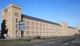 Ehemalige Garde-Dragoner-Kaserne in Kreuzberg. Heute Finanzamt. Dahinter befindet sich das Dragonerareal. (cc-by-sa 3.0, by Beek100)