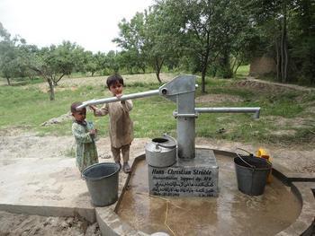 Der Brunnen versorgt täglich ca. 100 Menschen mit sauberem Trinkwasser