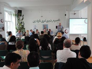 Hans-Christian Ströbele beim Workshop zu Afghanistan am 30.06.2012 im Haus der Demokratie und Menschenrechte in Berlin
